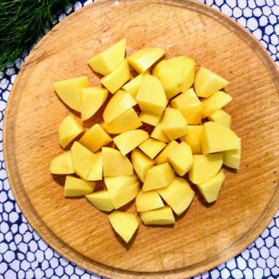 Фото рецепта - Рагу из свинины с картофелем и зеленым горошком - шаг 2