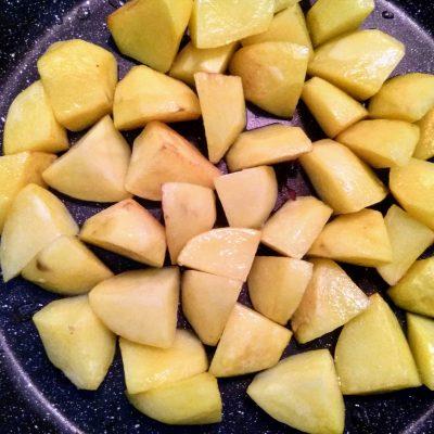 Фото рецепта - Рагу из свинины с картофелем и зеленым горошком - шаг 5