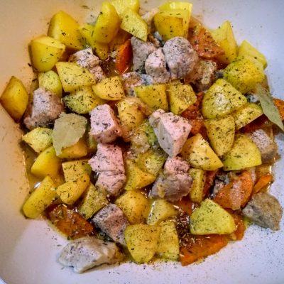 Фото рецепта - Рагу из свинины с картофелем и зеленым горошком - шаг 6