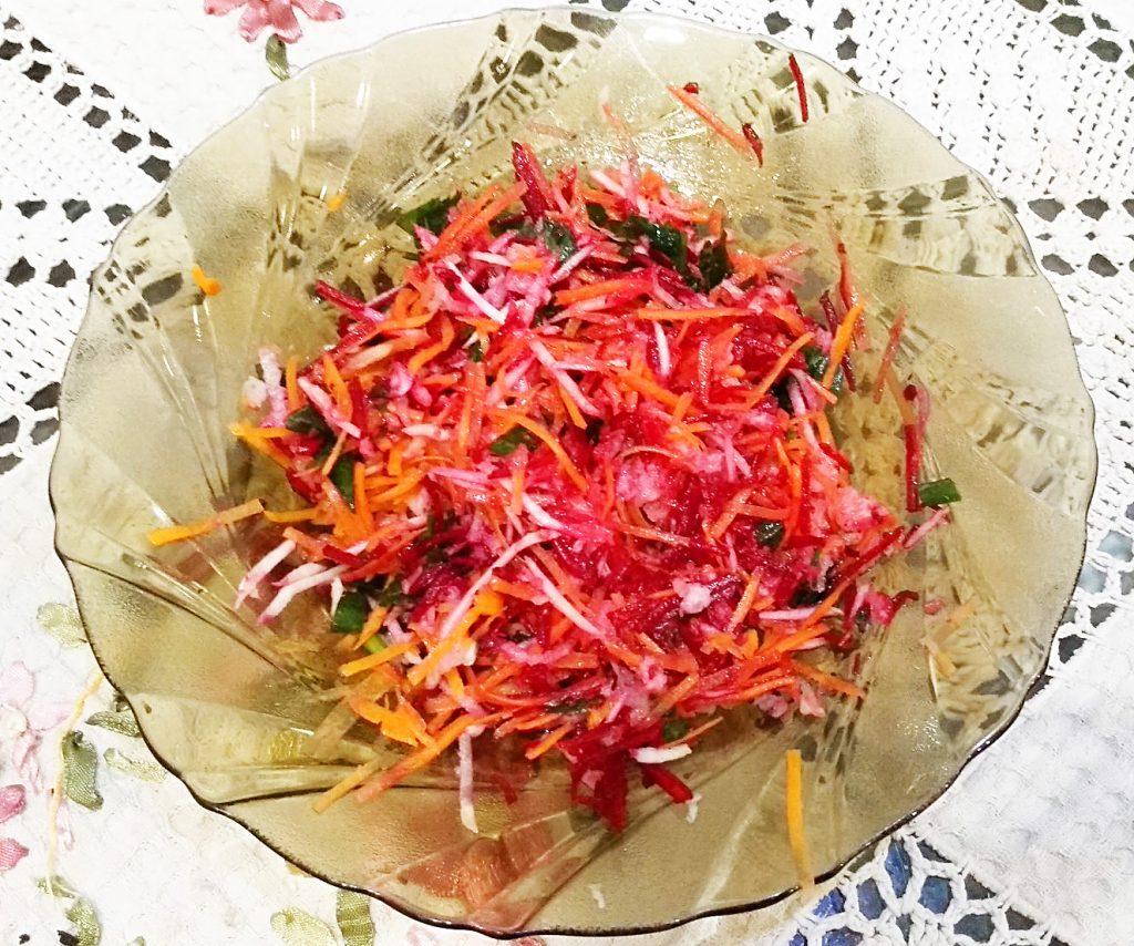 Фото рецепта - Пикантный салат из редьки и зеленого яблока - шаг 6