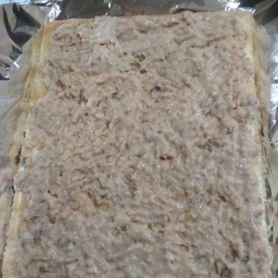 Фото рецепта - Праздничный пирог из коржей и рыбной консервы (без выпечки) - шаг 4