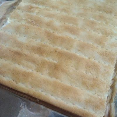 Фото рецепта - Праздничный пирог из коржей и рыбной консервы (без выпечки) - шаг 5