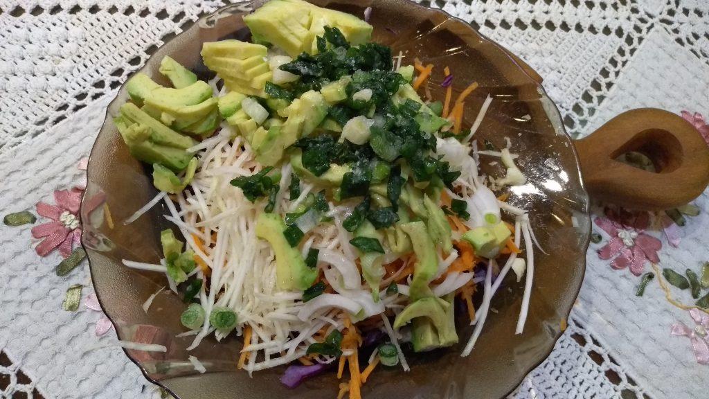 Фото рецепта - Краснокочанная капуста с авокадо и морковью - шаг 5