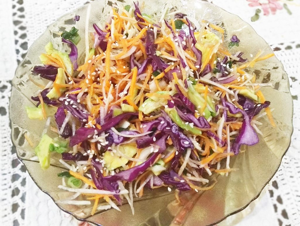 Фото рецепта - Краснокочанная капуста с авокадо и морковью - шаг 6