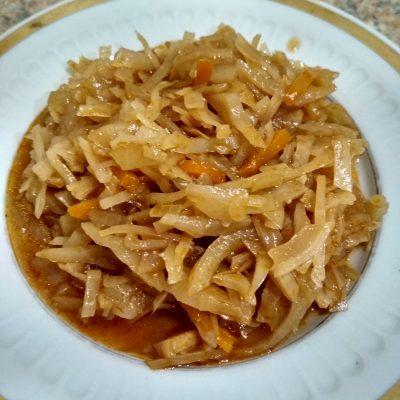 Фото рецепта - Тушеная капуста с морковью и луком - шаг 5