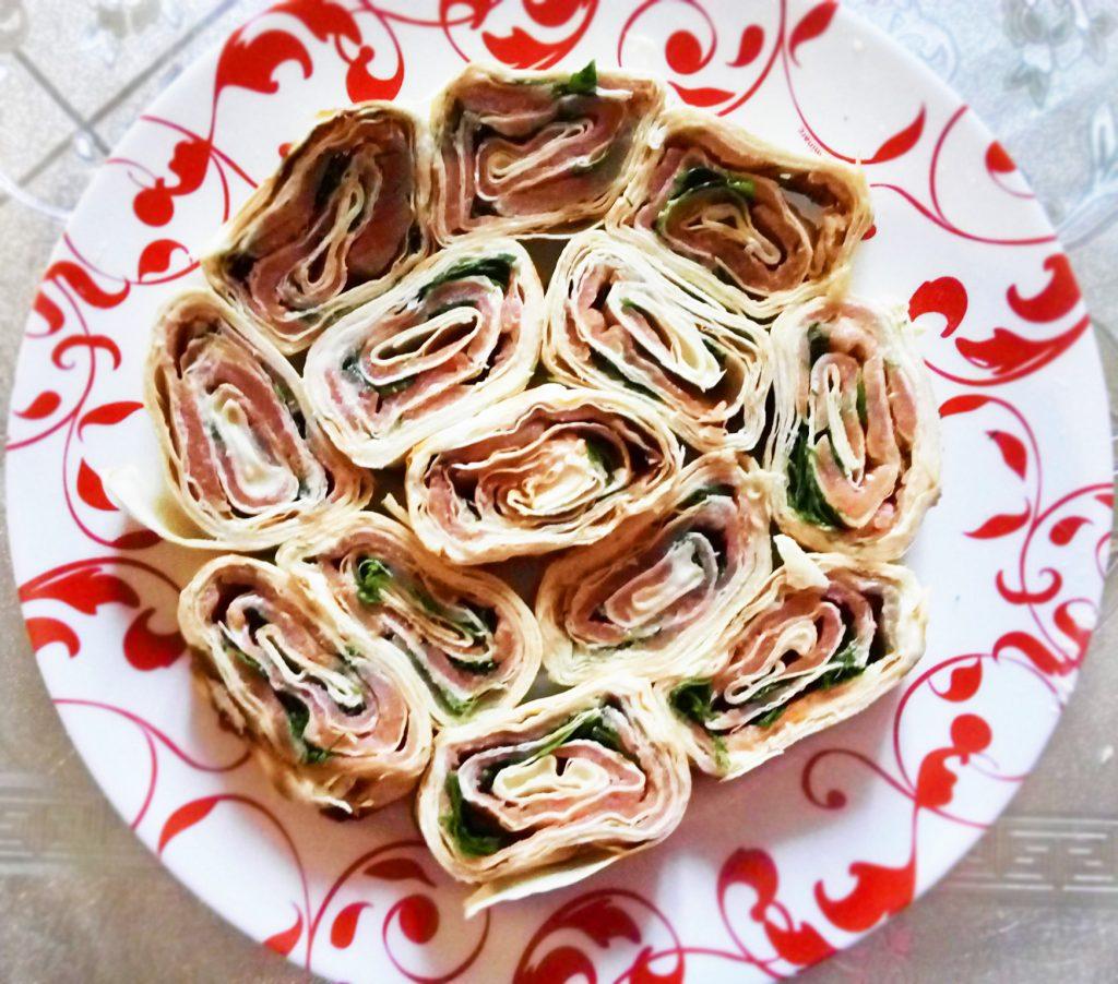 Фото рецепта - Рулет с семгой и сливочным сыром - шаг 6