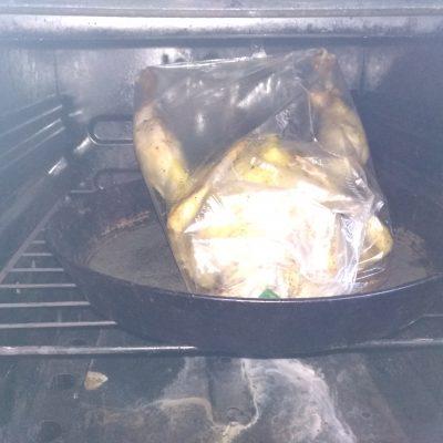 Фото рецепта - Запеченная курица, фаршированная картофелем и яблоками - шаг 4
