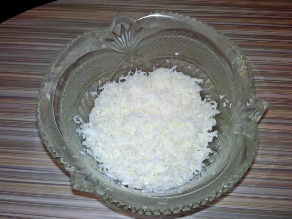 """Фото рецепта - Крабовый салат """"Нарцисс"""" с сырком и яблоком - шаг 1"""
