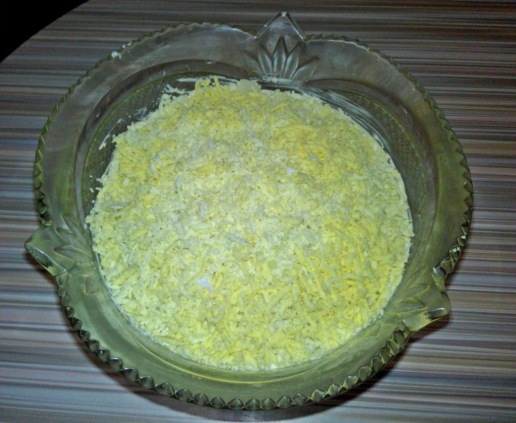 """Фото рецепта - Крабовый салат """"Нарцисс"""" с сырком и яблоком - шаг 6"""
