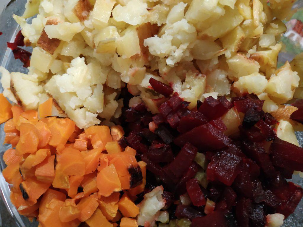 Фото рецепта - Винегрет из запечённых овощей с огурцами - шаг 5