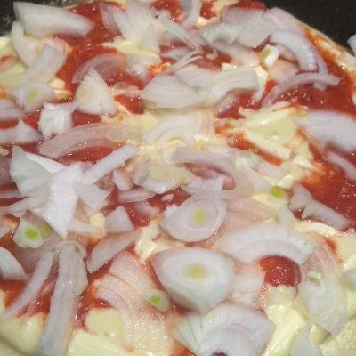 "Фото рецепта - Пицца ""Минутка"" на сковороде с перцем и кукурузой - шаг 4"