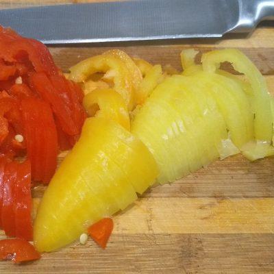 "Фото рецепта - Пицца ""Минутка"" на сковороде с перцем и кукурузой - шаг 5"