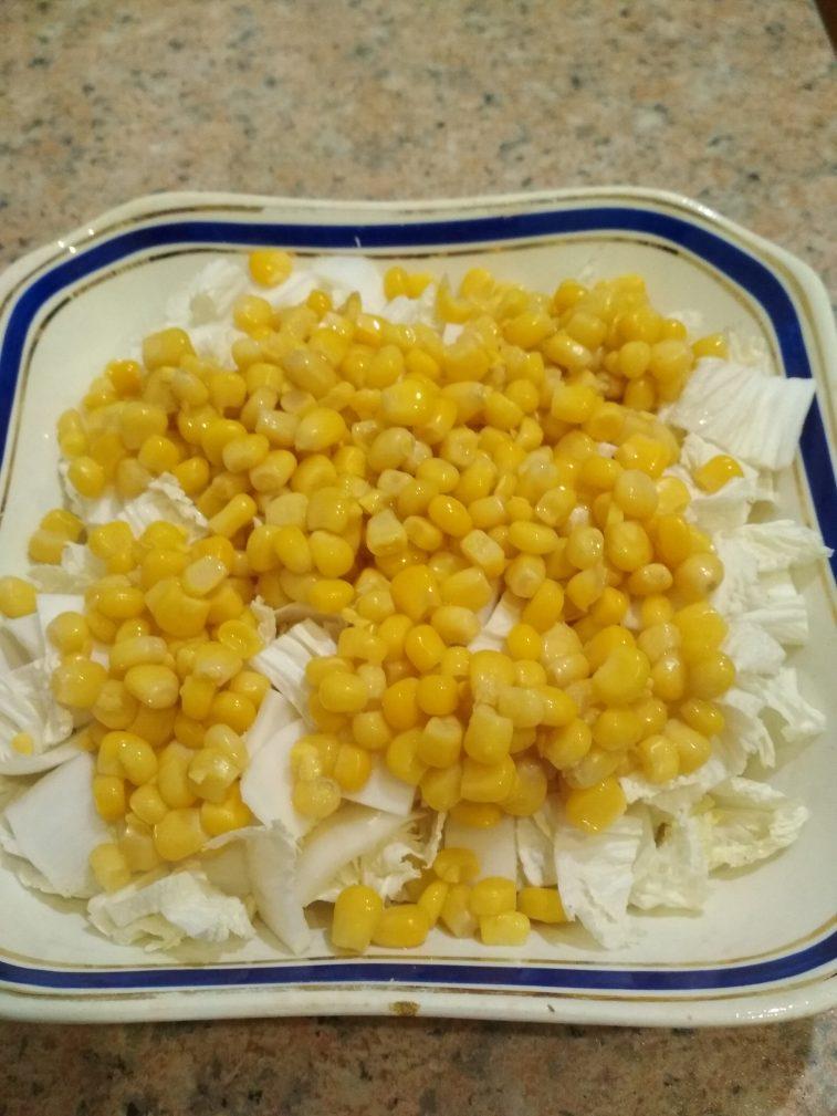 Фото рецепта - Куриный салат из пекинской капусты и кукурузы на скорую руку - шаг 2
