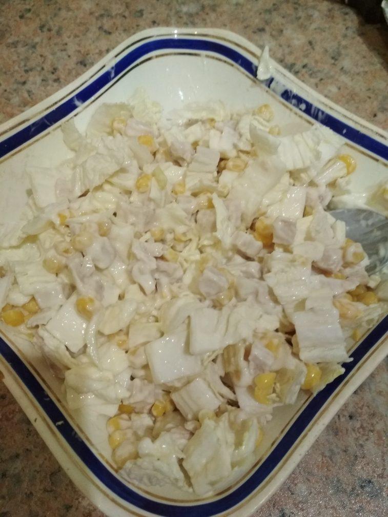 Фото рецепта - Куриный салат из пекинской капусты и кукурузы на скорую руку - шаг 5