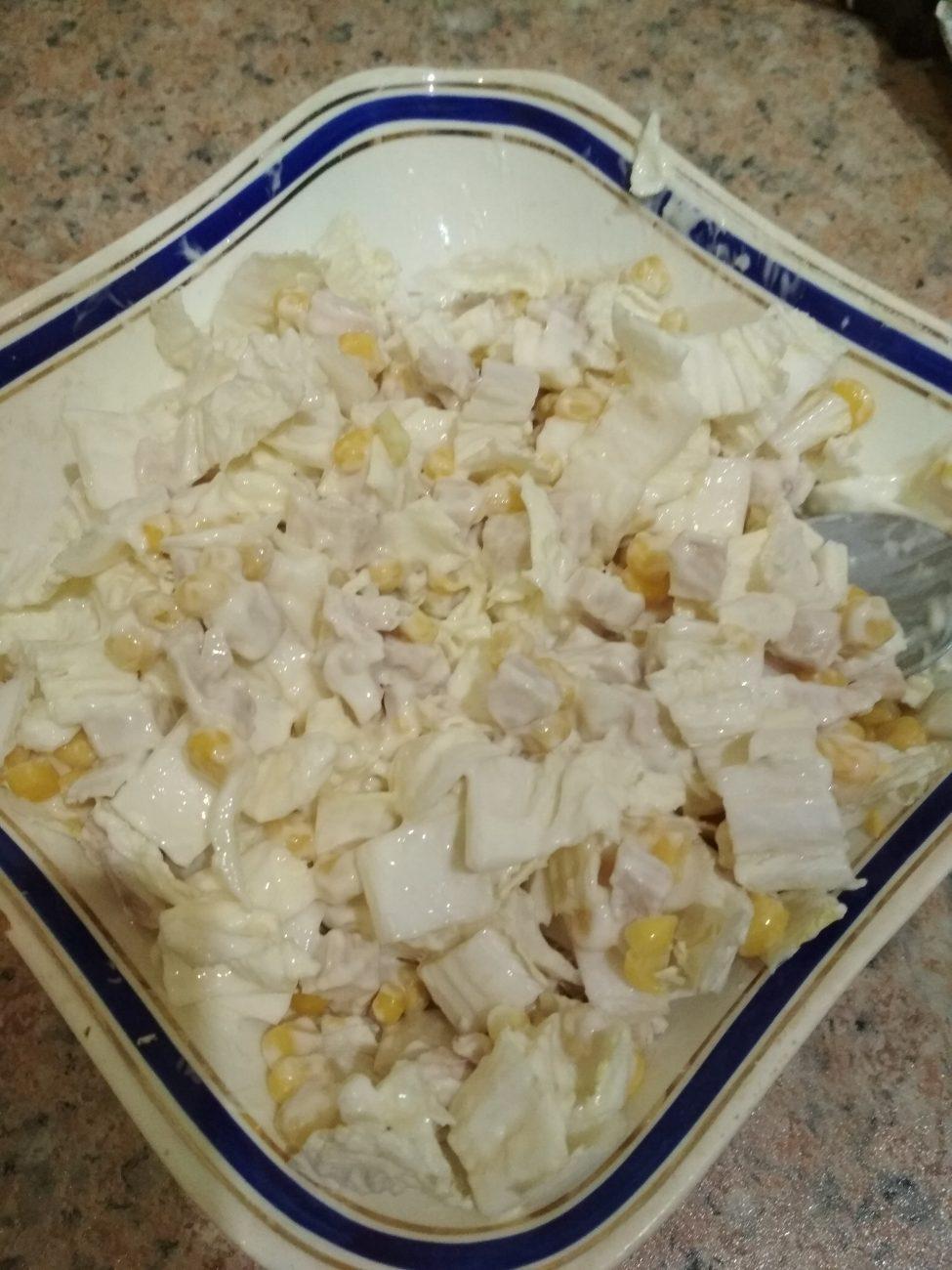 Куриный салат из пекинской капусты и кукурузы на скорую руку