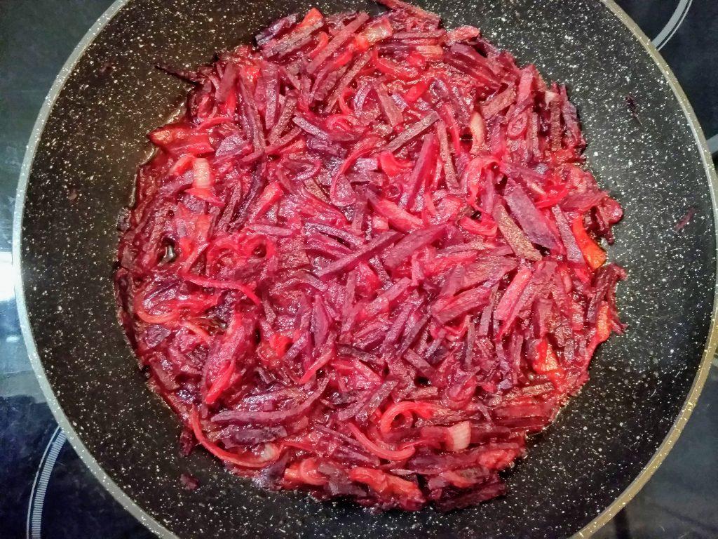 """Фото рецепта - Вегетарианский борщ """"Три капусты"""" с яблоком - шаг 4"""
