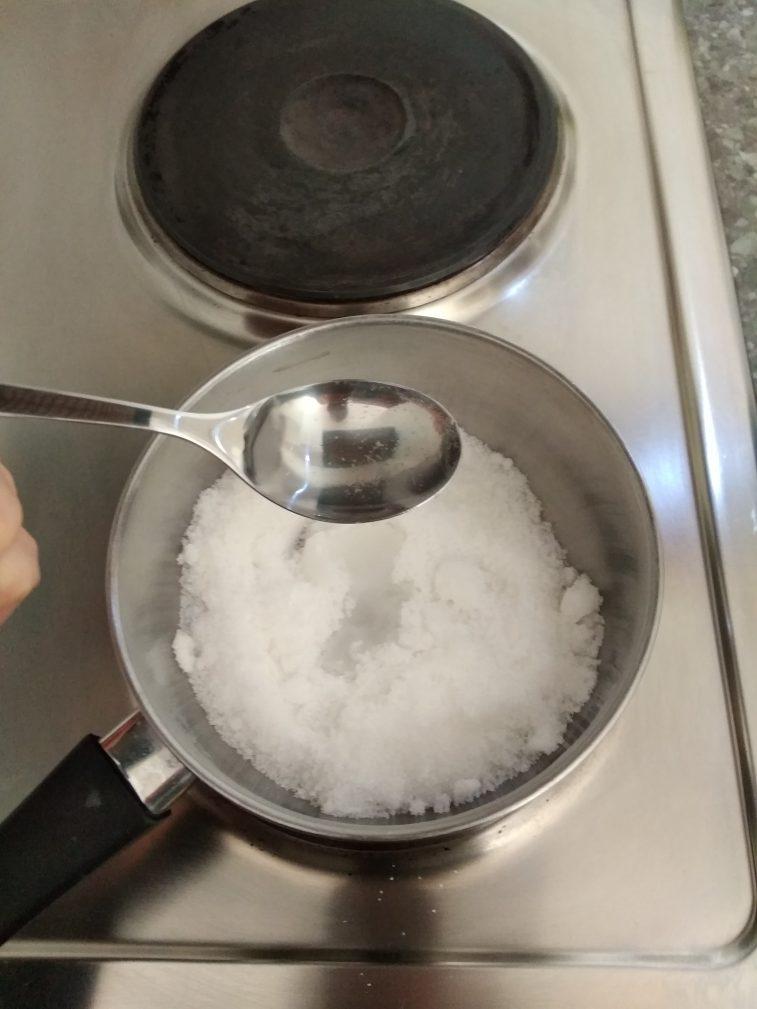 Фото рецепта - Яблоки в карамели на палочке - шаг 4