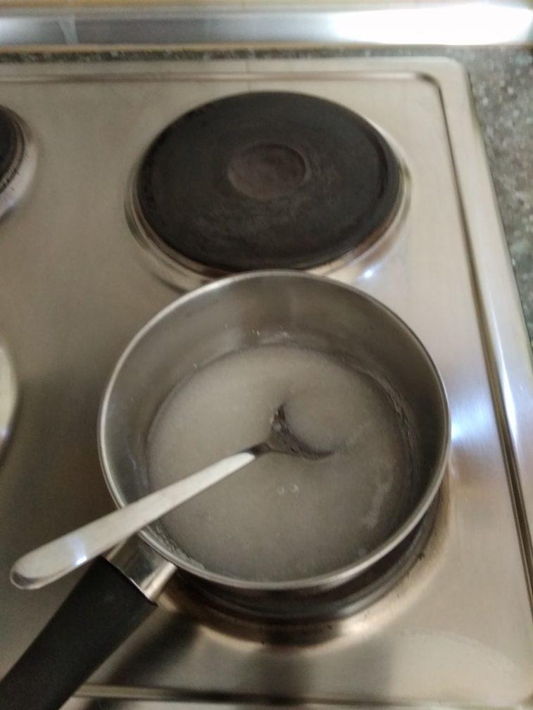 Фото рецепта - Яблоки в карамели на палочке - шаг 5