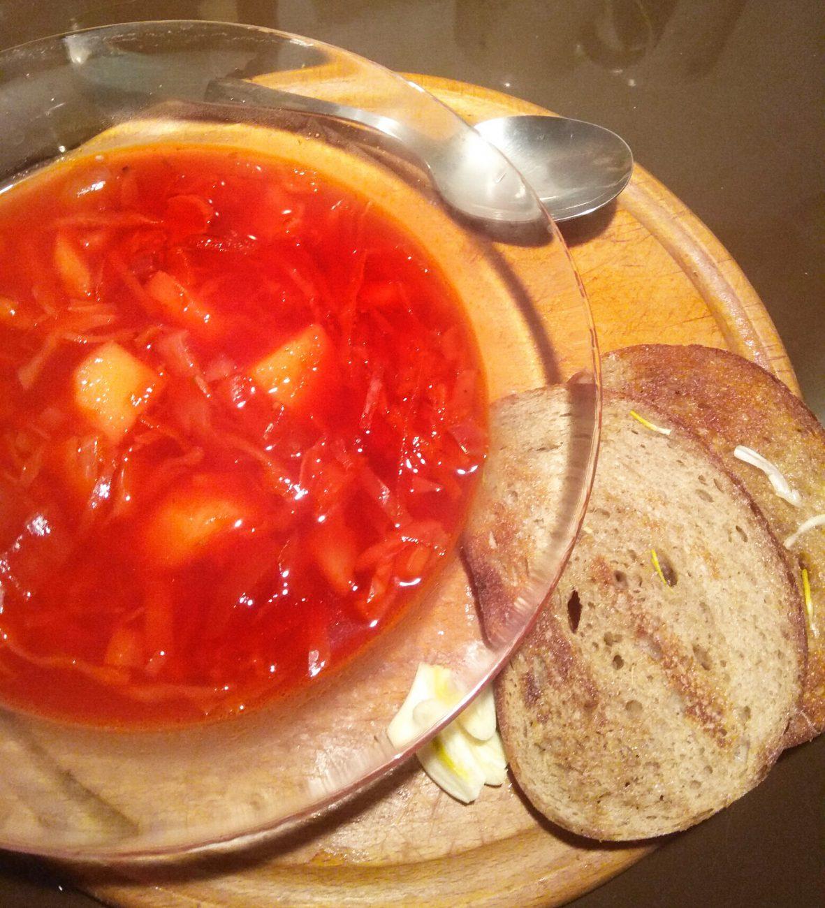 Борщ вегетарианский с чесночными гренками