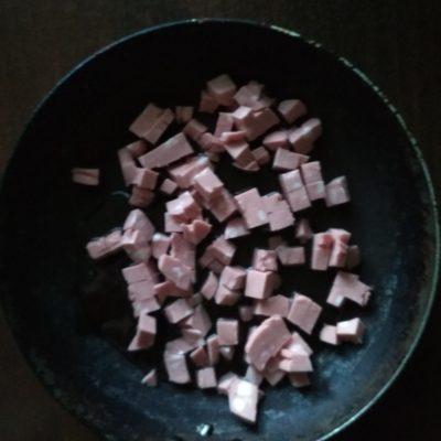 Фото рецепта - Омлет с колбаской и сыром - шаг 4