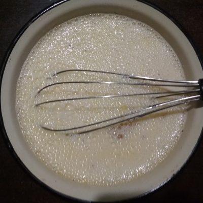 Фото рецепта - Омлет с колбаской и сыром - шаг 3