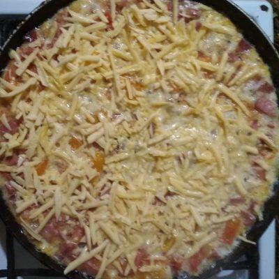 Фото рецепта - Омлет с колбаской и сыром - шаг 7
