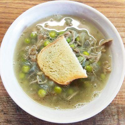 Гороховый суп с утиным конфи и чесночными гренками - рецепт с фото