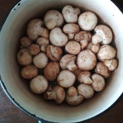 """Фото рецепта - Салат """"Любимый муж"""" с копченой грудкой и грибами - шаг 1"""