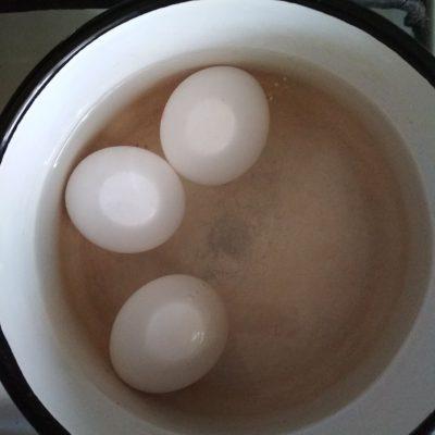 """Фото рецепта - Салат """"Любимый муж"""" с копченой грудкой и грибами - шаг 2"""