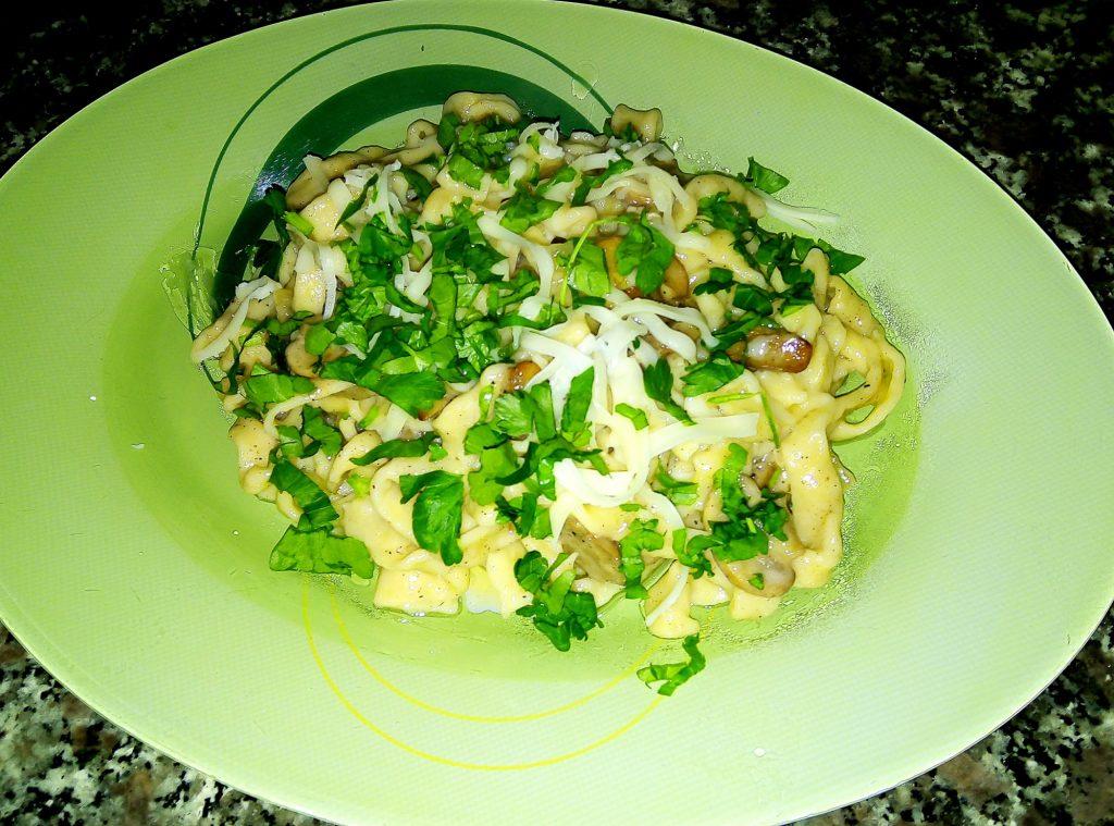 Фото рецепта - Домашняя лапшас соусом из шампиньонов - шаг 7