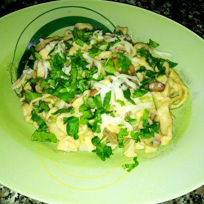 Домашняя лапшас соусом из шампиньонов - рецепт с фото
