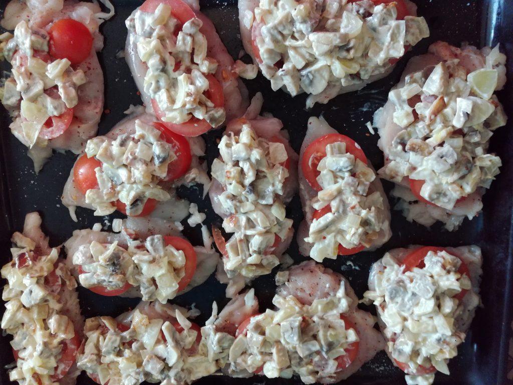 Фото рецепта - Отбивная куриная грудка с грибами и томатами - шаг 4