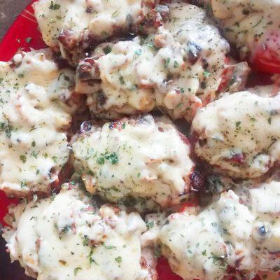 Отбивная куриная грудка с грибами и томатами - рецепт с фото