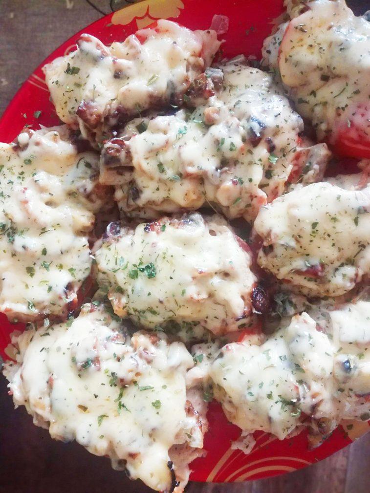 Фото рецепта - Отбивная куриная грудка с грибами и томатами - шаг 6