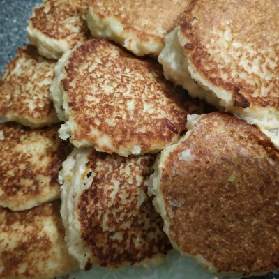 Фото рецепта - Оладьи из яблок с манкой - шаг 7