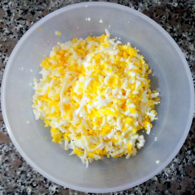Фото рецепта - Пирожки с яйцом из дрожжевого теста на молоке - шаг 2