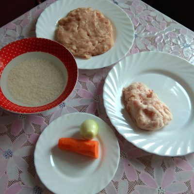 Фото рецепта - Рисовые тефтели из фарша филе кур в сливочно-томатном соусе - шаг 2