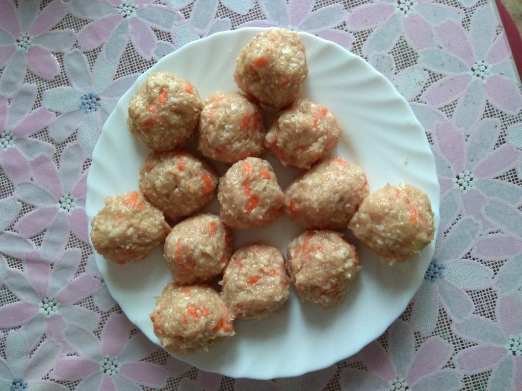 Фото рецепта - Рисовые тефтели из фарша филе кур в сливочно-томатном соусе - шаг 4