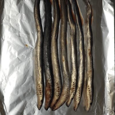 Фото рецепта - Рыба минога запеченная с луком - шаг 2