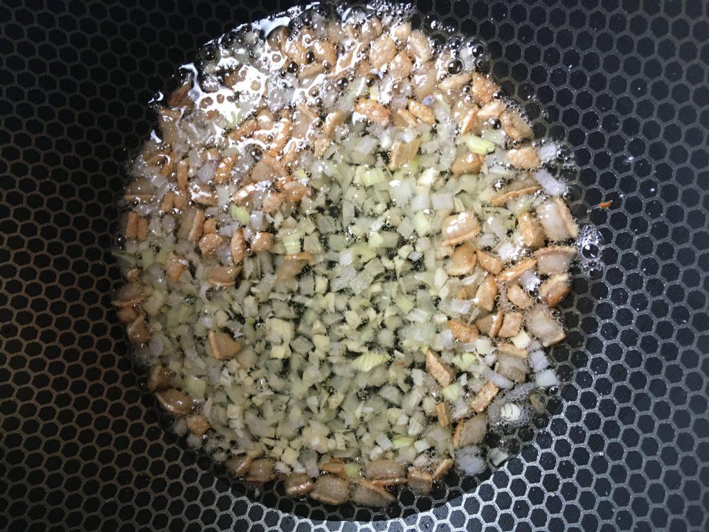 Фото рецепта - Овощное рагу с говядиной на сковороде - шаг 2