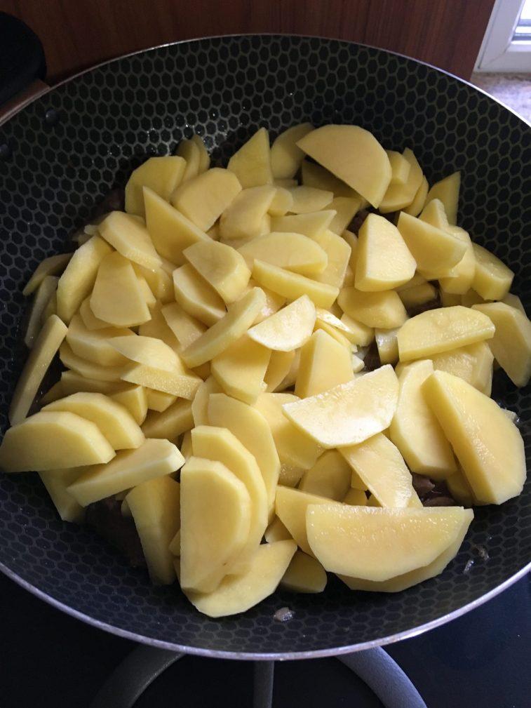 Фото рецепта - Овощное рагу с говядиной на сковороде - шаг 4