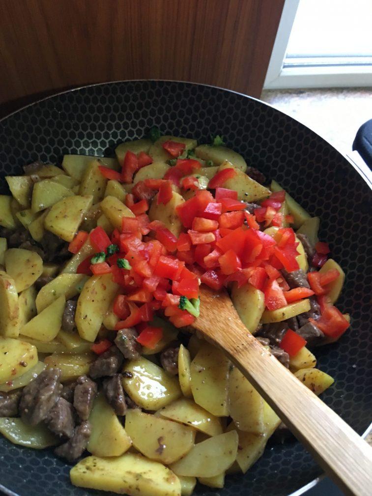Фото рецепта - Овощное рагу с говядиной на сковороде - шаг 5