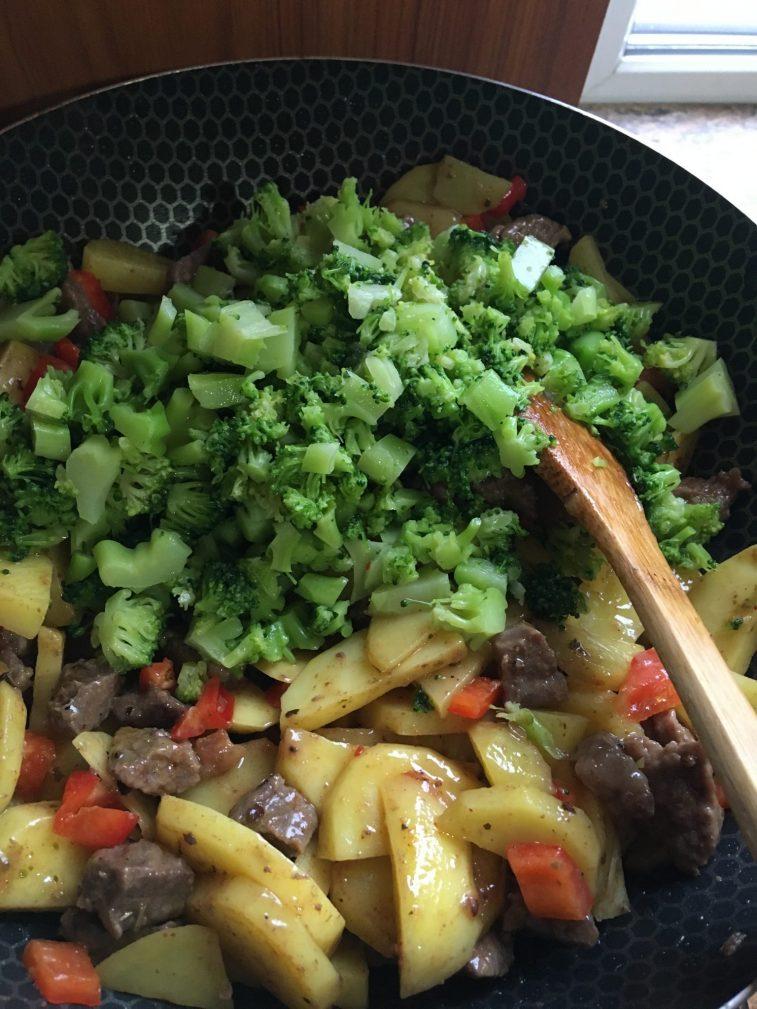 Фото рецепта - Овощное рагу с говядиной на сковороде - шаг 6
