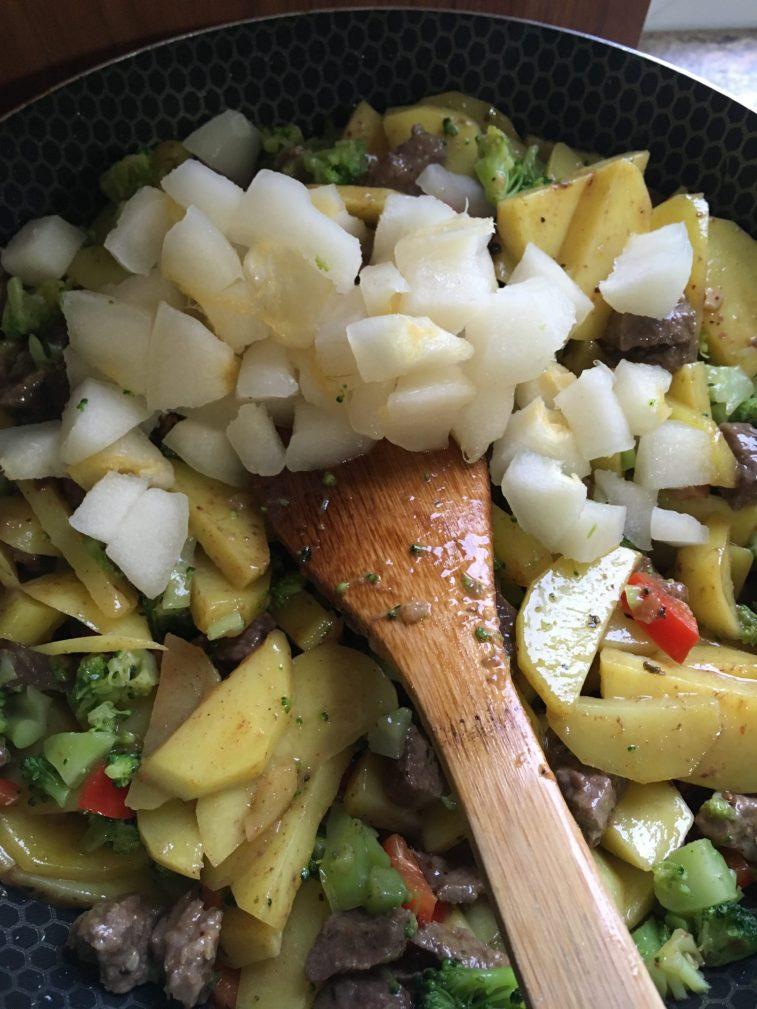 Фото рецепта - Овощное рагу с говядиной на сковороде - шаг 7