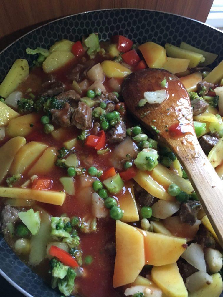Фото рецепта - Овощное рагу с говядиной на сковороде - шаг 9