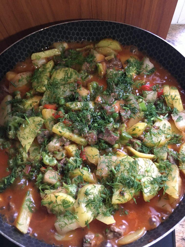 Фото рецепта - Овощное рагу с говядиной на сковороде - шаг 10