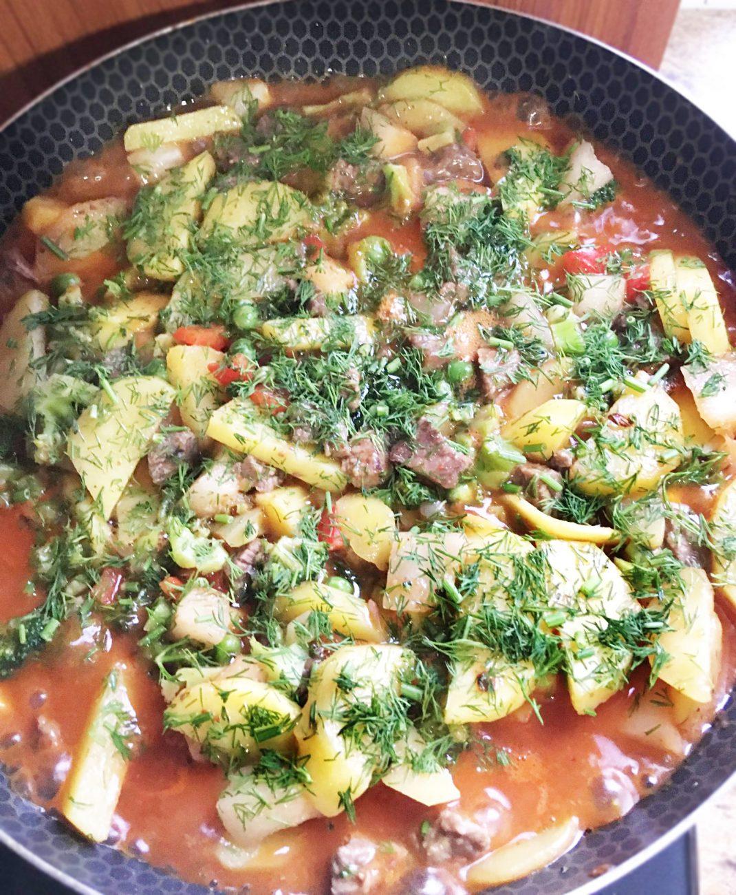Овощное рагу с говядиной на сковороде