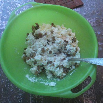 Фото рецепта - Сырники с изюмом в духовке - шаг 5
