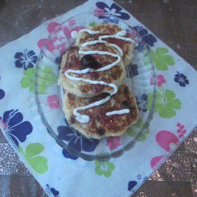 Фото рецепта - Сырники с изюмом в духовке - шаг 6