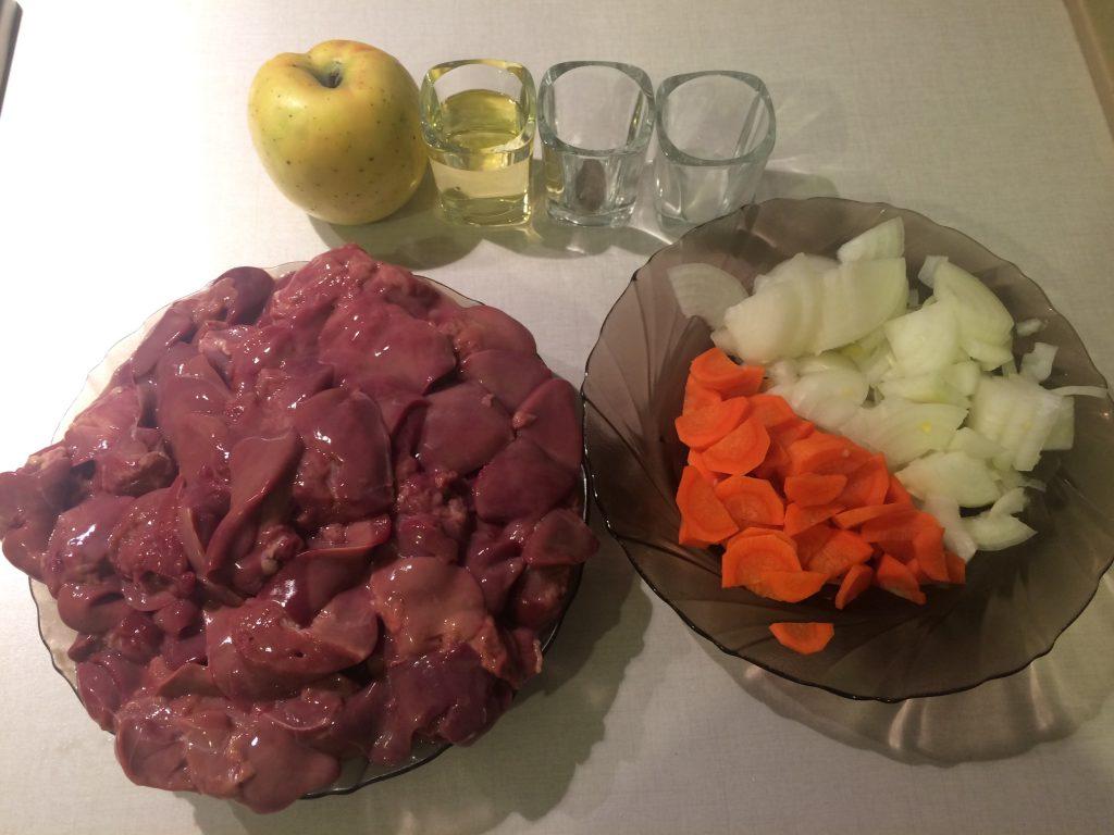 Фото рецепта - Паштет из куриной печени с яблоком и морковью - шаг 2